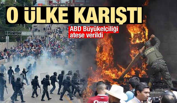 O ülke karıştı! ABD Büyükelçiliğinin kapısını ateşe verdiler