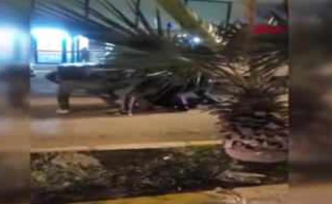 Kaza yapan motosiklet sürücüsünü linç ettiler! Yerde sürükleyip tekmelediler