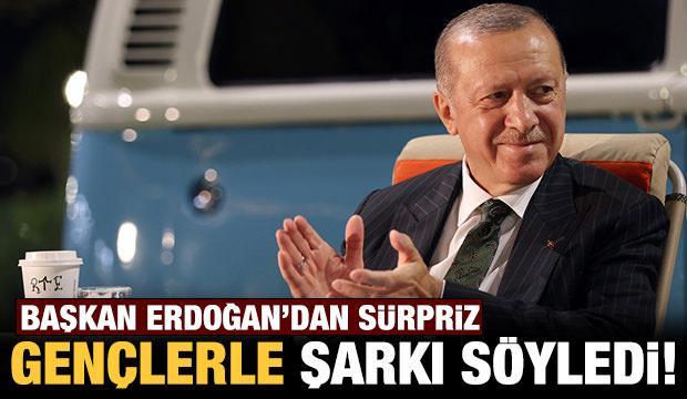 Başkan Erdoğan, Mersin'de gençlerle birlikte şarkı söyledi